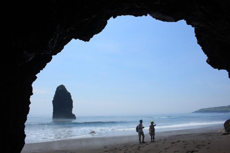 溶岩洞窟と筆島